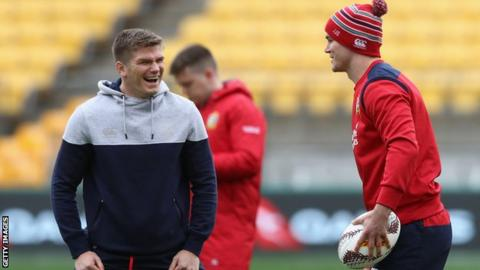 Owen Farrell laughs as Johnny Sexton chats to him